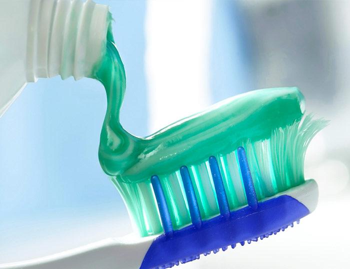 Utilizando las pastas de dientes con base en arcilla para una buena higiene dental