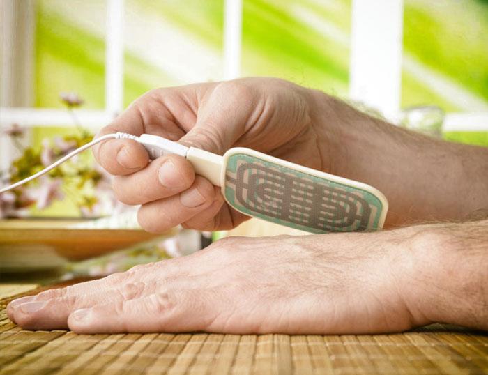 Biorresonancia y la salud: aplicación de la biorresonancia en la mano de una persona