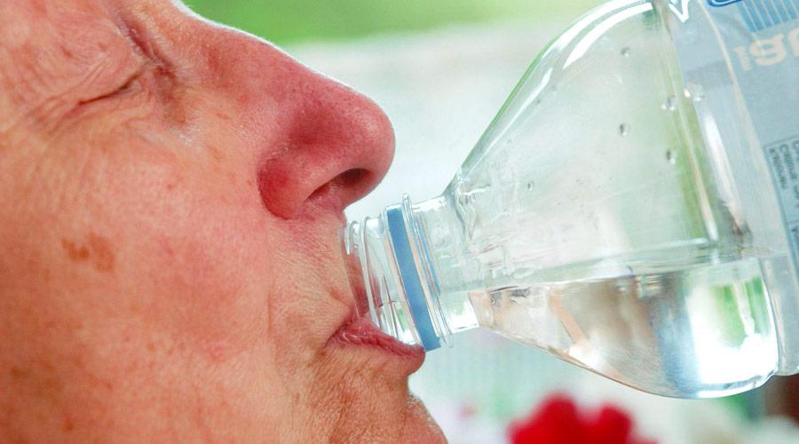 9 hábitos saludables para vivir más tiempo: beber agua