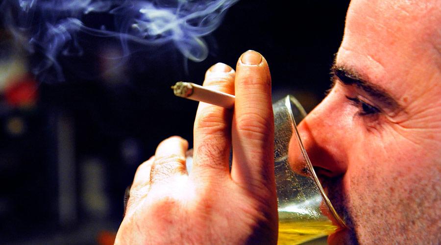 9 hábitos saludables para vivir más tiempo: evitar fumar y beber bebidas alcohólicas