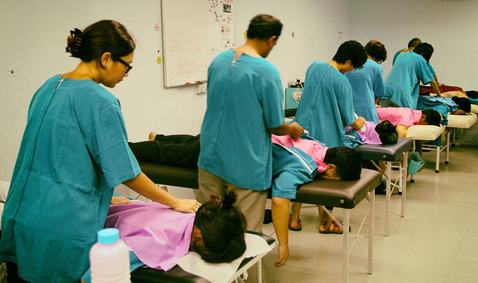 Ejemplo de personas haciendo tratamiento terapéutico energético