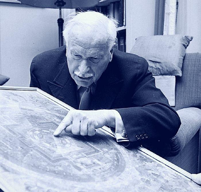 Jung dibujaba diaremente un mandala