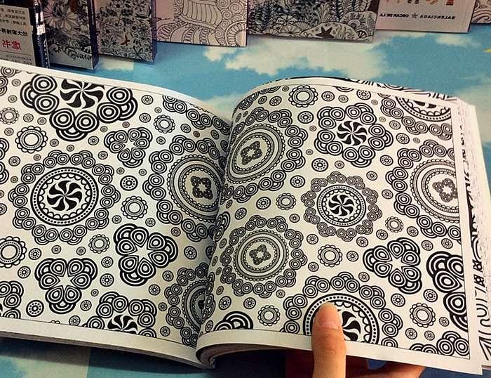 Está de moda colorear libros con mandalas