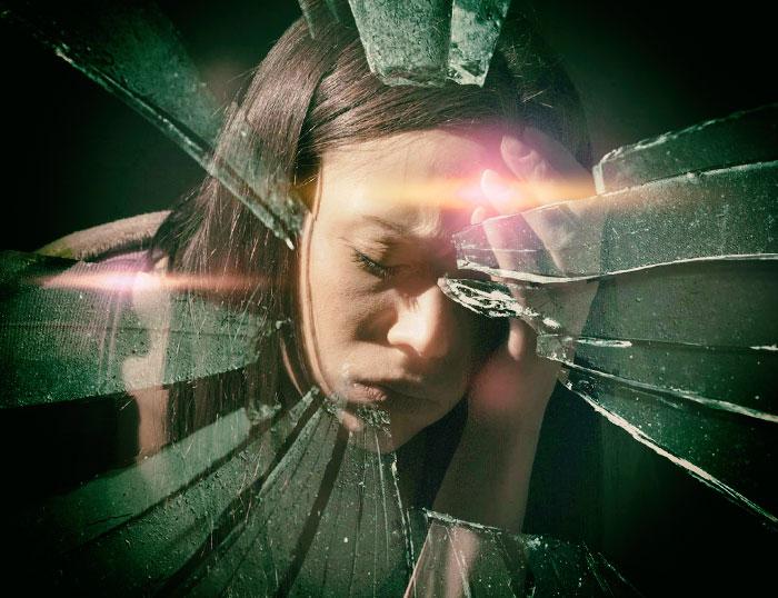 Mujer con fuerte dolor de cabeza