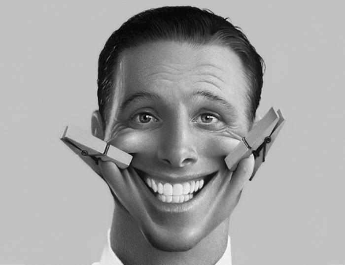 Persona con una sonrisa forzada