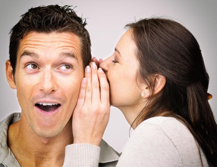 Lograr tus metas utilizando el lenguaje verbal: pareja hablando al oído