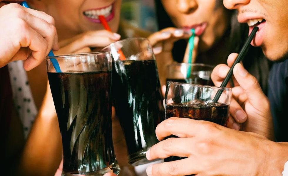 Personas bebiendo gaseosas