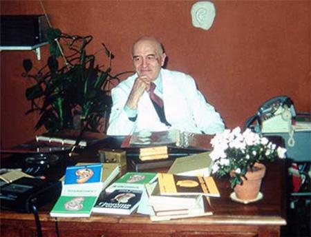 Paul Nogier en su despacho en Lyon, Francia