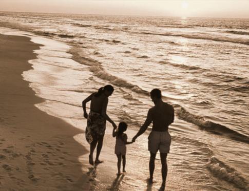 Familia caminado sobre la playa