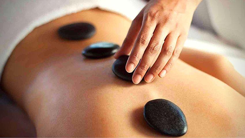 Cómo es una sesión de masaje termal o con piedras calientes