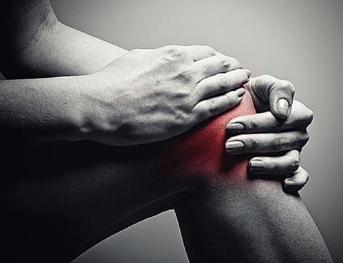 Hombre recibiendo un masaje articular de hombro