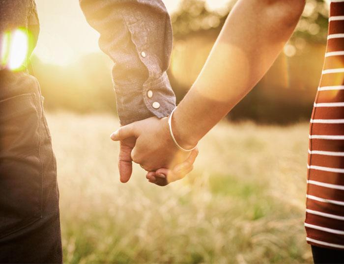 Lealtades familiares - pareja dándose la mano