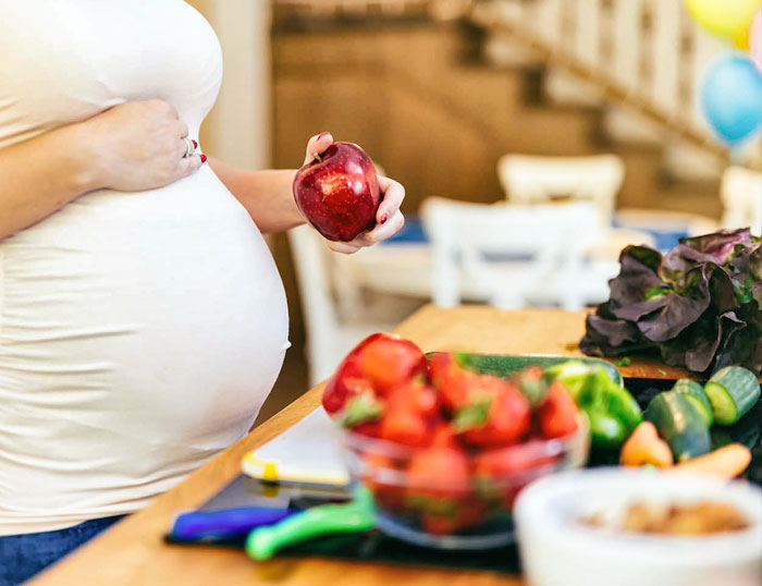 Nutrición y embarazo: mujer embarazadas seleccionando alimentos